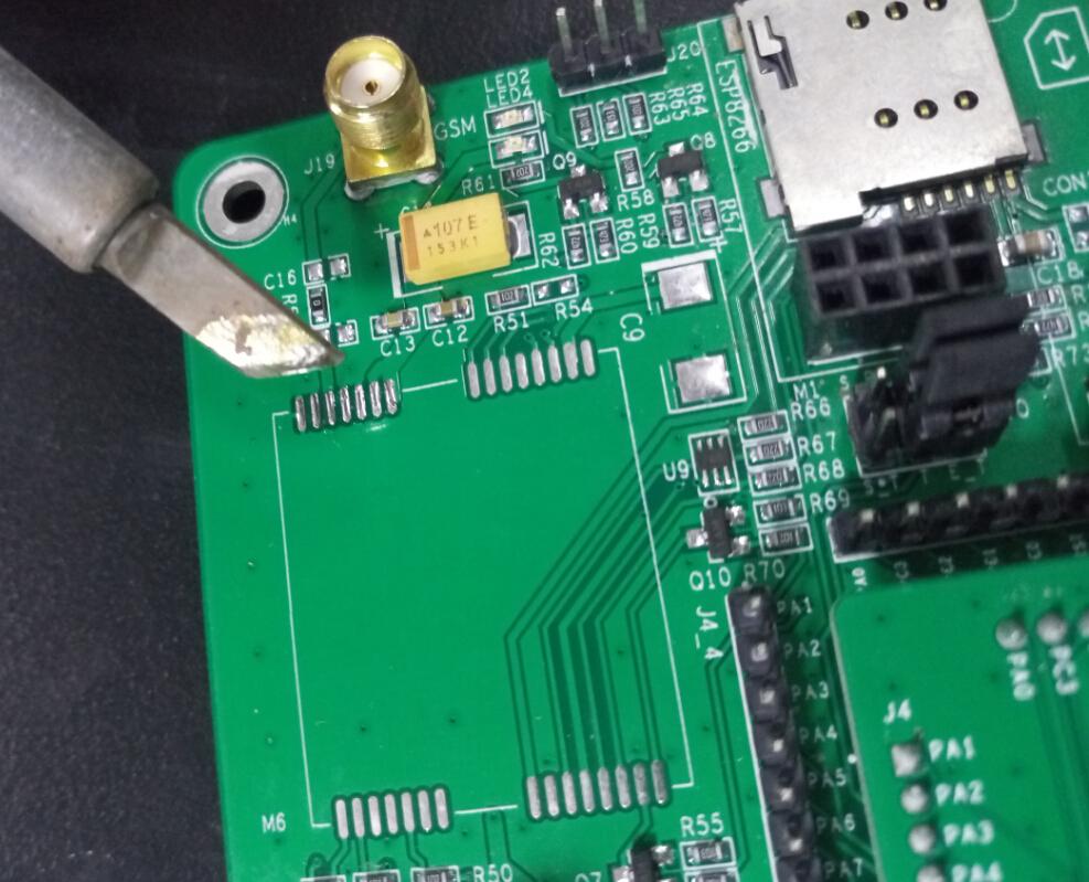 首先将电路板焊盘管脚少量上锡,上锡后的效果如下图